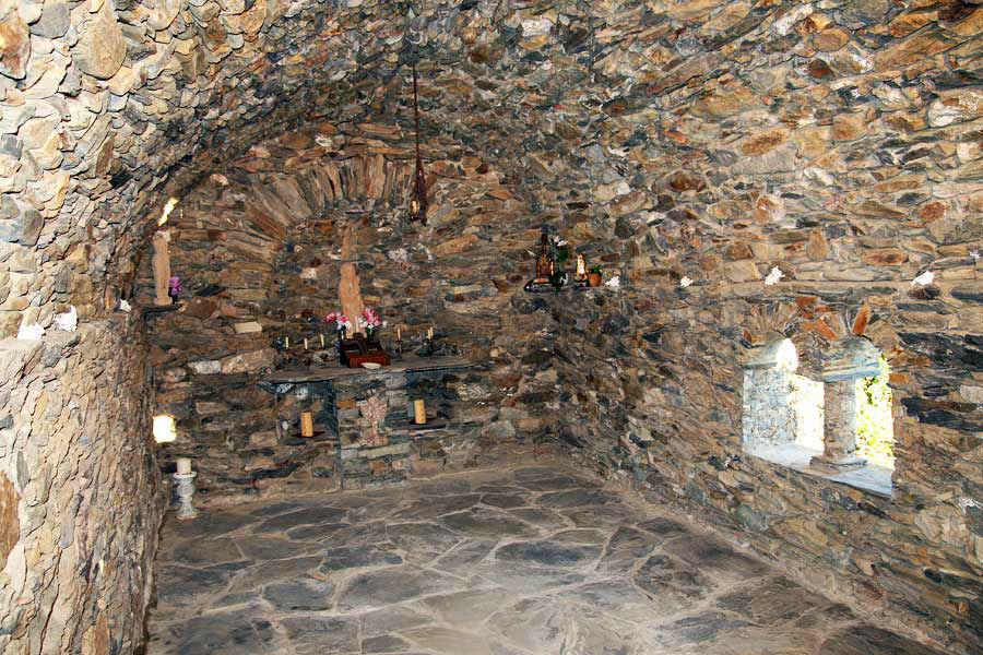 En la Capilla consagrada hay un pequeño altar y tiene por patrón a San Pedro.