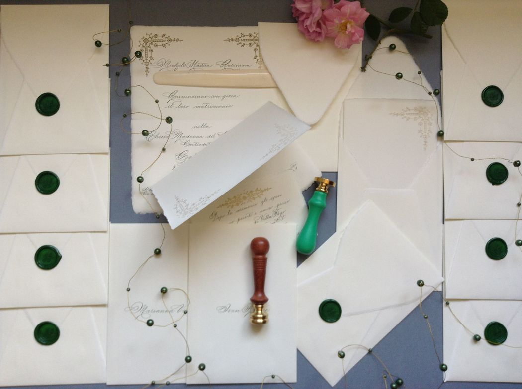 Il Calligrafo - Inviti carta a mano Amalfi con intaglio laser, formato a libro con busta a sacchetto, manoscritti in verde con sigillo verde.