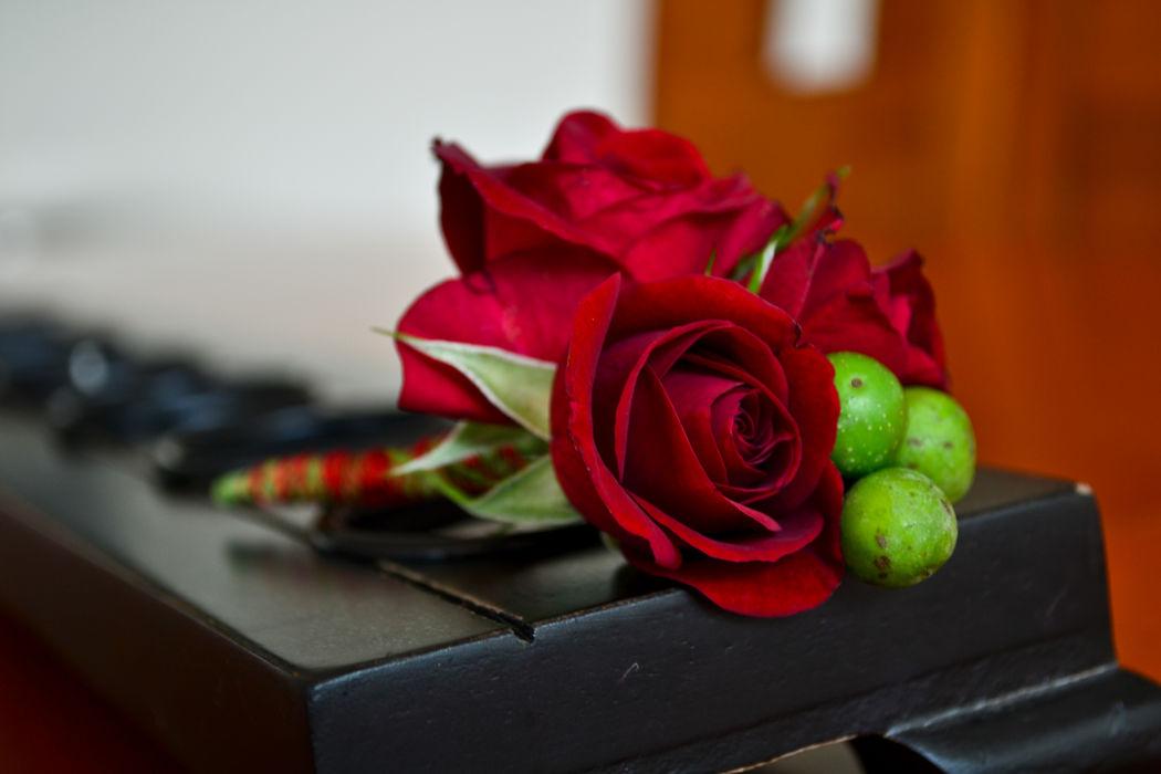 Accesorios florales Floristika, boutonier natural para novio, basamos el boutonier de tu novio cordinando la flor de tu ramo, recuerda que hay un lenguaje floral en los eventos, en Floristika te damos la mejos asesoria para uno de los mejores días de tu vida.