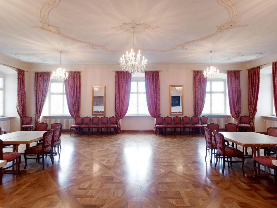 Beispiel: Barocker Festsaal im 2.OG bis 100 Personen gesetzt mit freier Tischeinteilung, Foto: Schloss Weiterdingen.