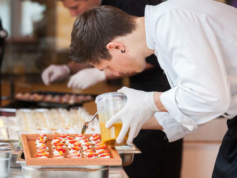 Beispiel: Professionelle Zubereitung, Foto: Kaiserschote Feinkost Catering.