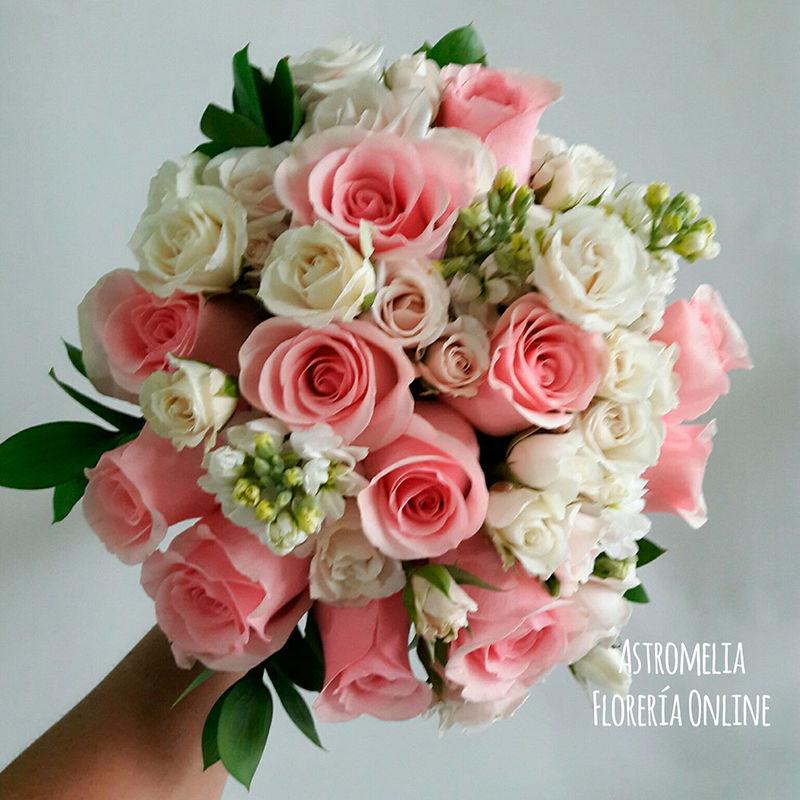 Cuando las clientas confían en nosotras todo sale más bonito. Este bouquet combina rosas Titanic, rosas spray blancas y alhelíes blancos para tener ese toque romántico.  Foto: Astromelia - Florería Online.