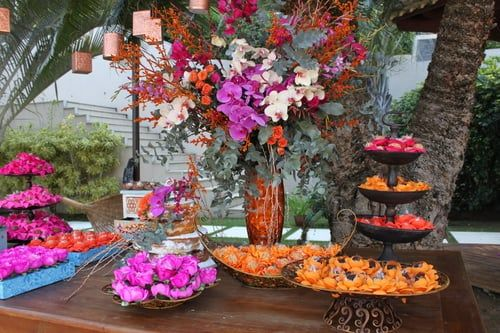 Mesa de doces com cores vibrantes e peças com inspiração na Polinésia