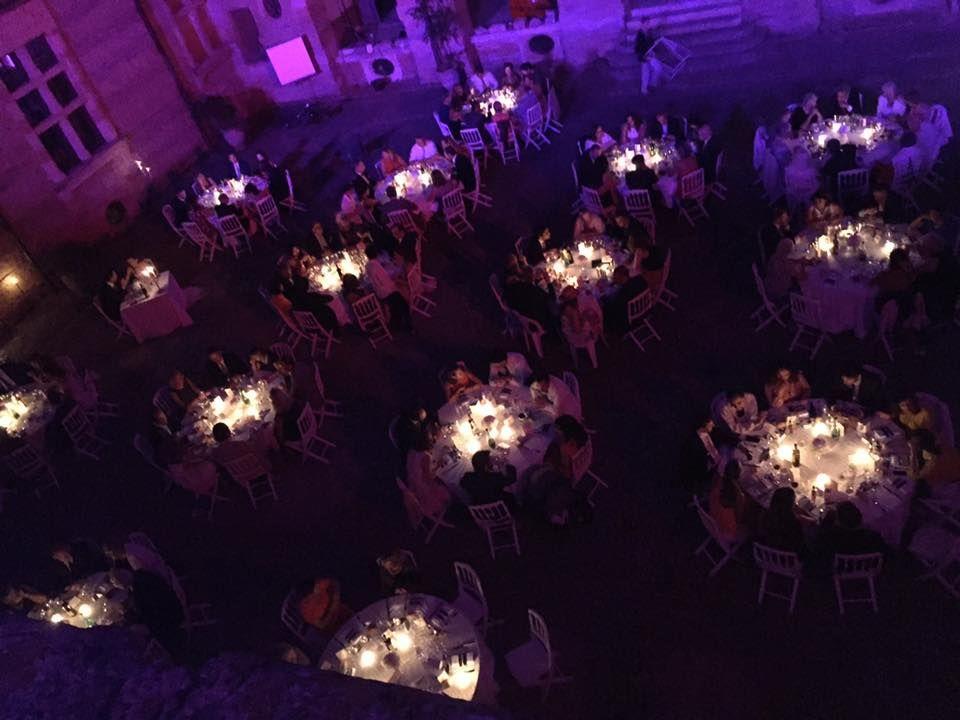 Magnifique dîner de mariage princier dans la cour d'honneur Renaissance du château de Caumont