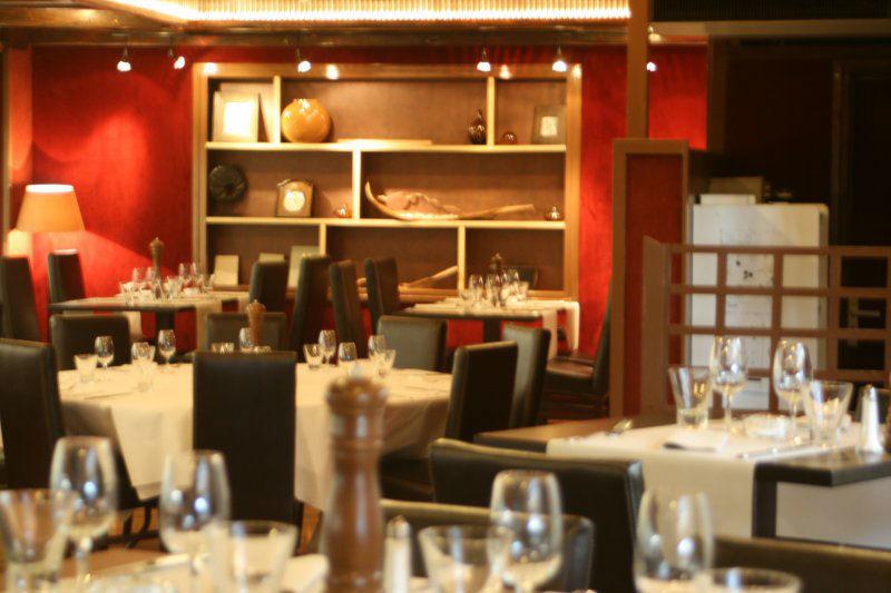 Restaurant La Licorne La salle du rez de chaussée, avec vue sur le Centre Equestre.