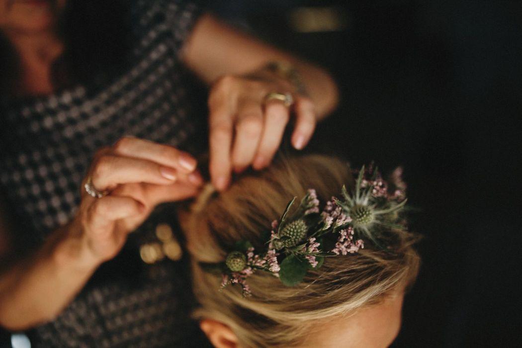 Couronne de fleurs fraîches.  Création florale Les Fées Nature