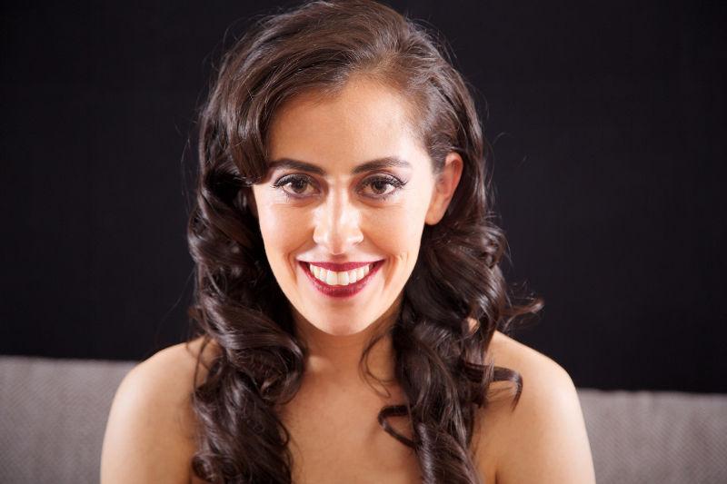 Erika Hernández Imagen Si eres de las mujeres que gusta de llevar su cabello suelto, asegurate de marcar muy bien las ondas para lucir peinada todo el evento!