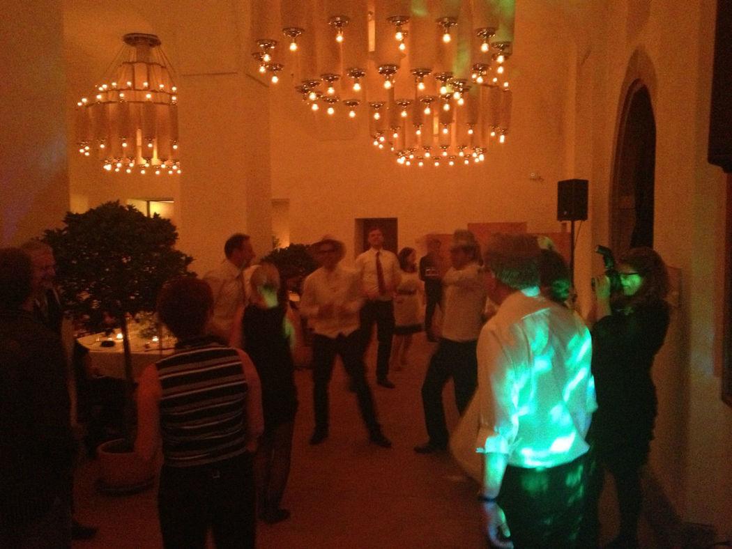 Beispiel: Tanzende Gäste auf der Hochzeit, Foto: DJ Seron.