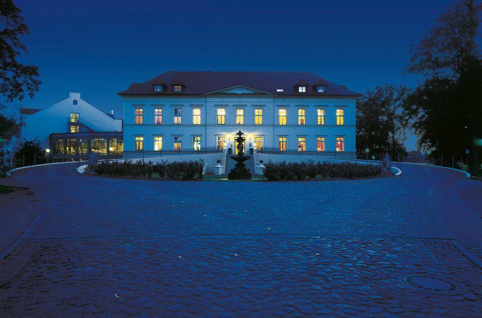 Beispiel: Aussenansicht bei Nacht, Foto: Landhotel Schloss Teschow.