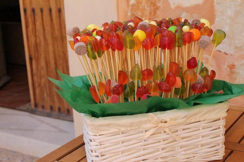 Mi mundo de las golosinas Cesta de golosinas. Modelo sin marshmallows, solo gominolas suecas, regalices de cola y bolitas de chicle