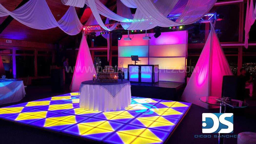 Este montaje incluye pista LED y al fondo se aprecia la estructura LED que es una escenografía que ayuda a hacer ver mas llamativa la tarima, suele usarse en fiestas de 15 años, lo incluímos aquí para que conozcas más de lo que hacemos.