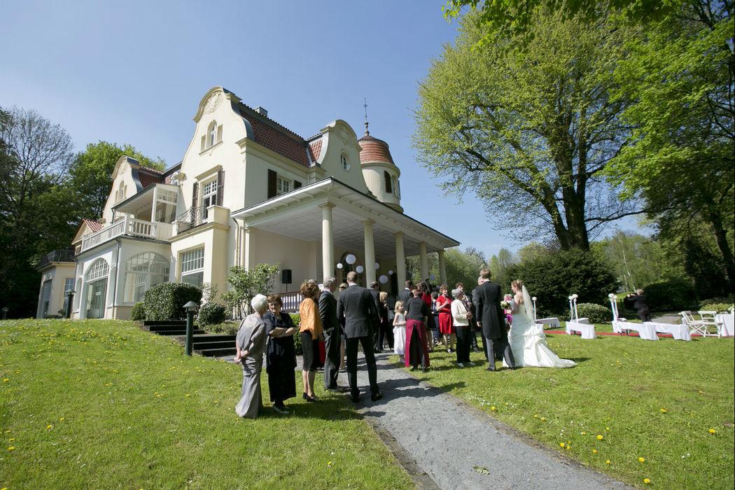 Beispiel: Außenbereich - Hochzeitsgesellschaft, Foto: Bayer Villa.