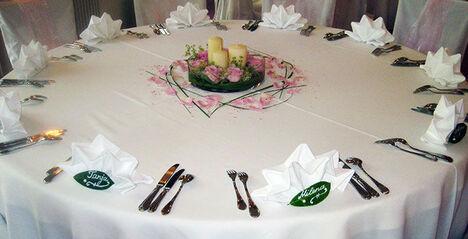 Beispiel: Dekoration für den Hochzeitstisch, Foto: Blumen-Heidi - Die Floristen-Werkstatt.
