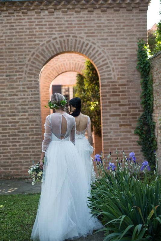 Le spose passeggiano nel giardino interno