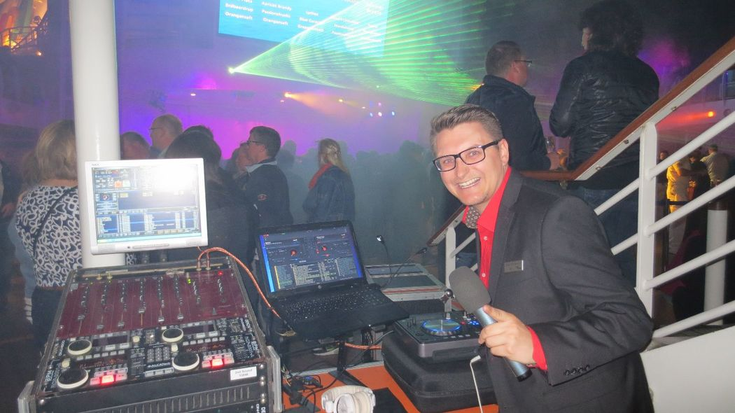 DJ Mike Hoffmann als DJ an Bord der AIDAblu 2015