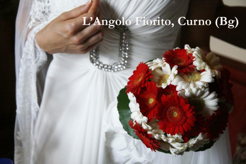 L'angolo fiorito - Bouquet con germini bianche e rosse #Fiorista #matrimonio #Bergamo