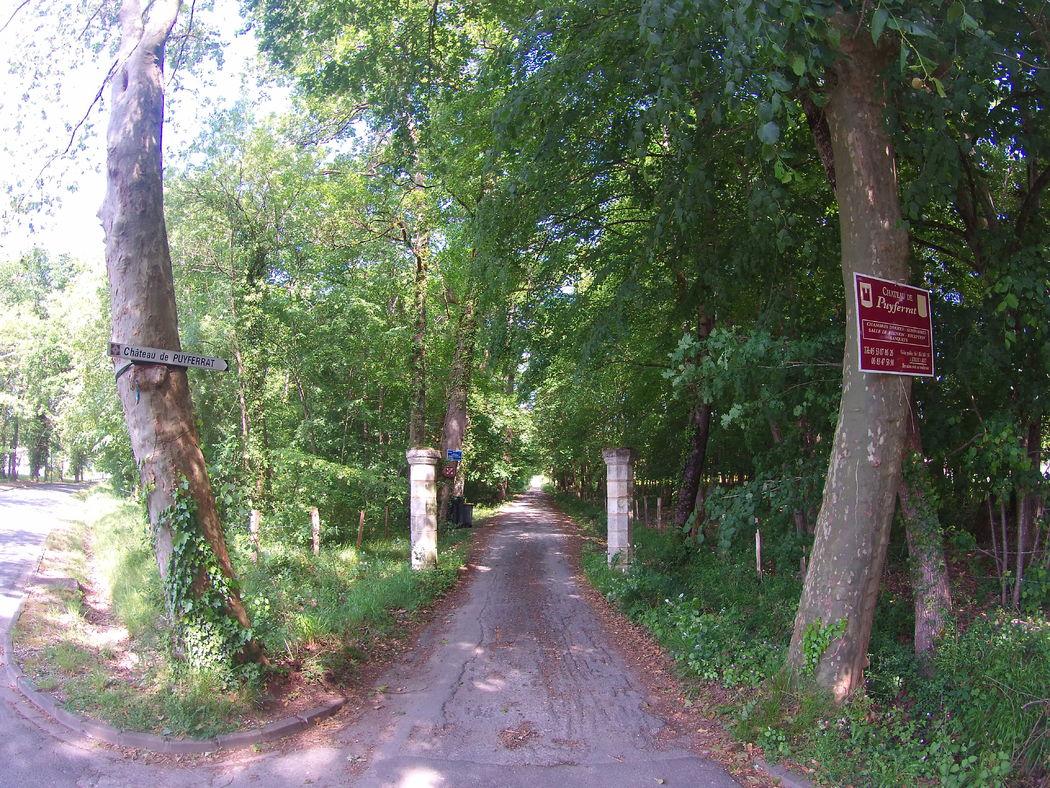 entrée chemin menat au chateau