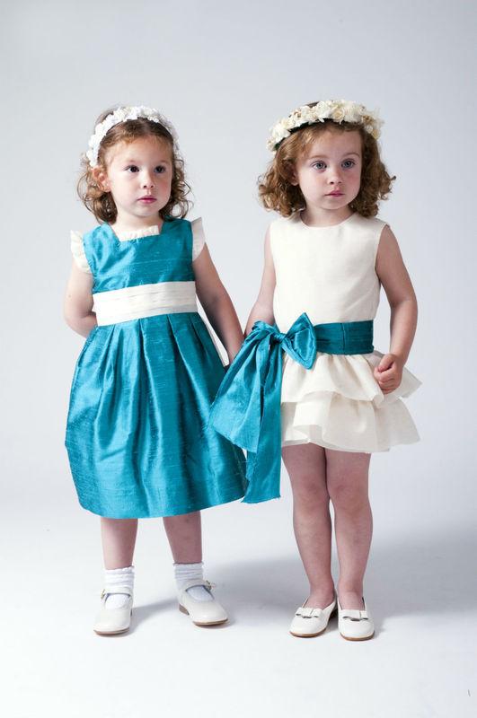 Vestido en seda salvaje color azul mar con el talle en la cintura. Y vestidito en lino crudo con talle bajo y doble volante