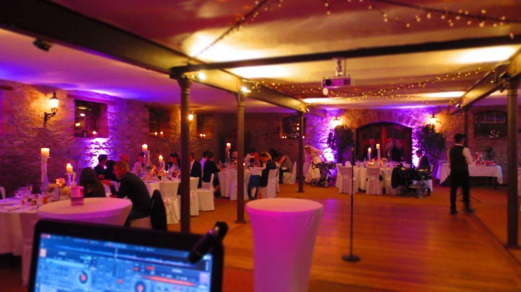 Hochzeitssaal mit Ambiente Beleuchtung von DJ Mike Hoffmann Hochzeit 2015