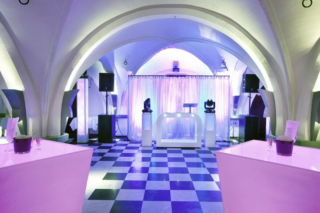 Onze prachtige 14e eeuwse gewelvenkelder De Hoofdwacht met een eigen bar is een echte aanrader voor een spetterend feest en sfeervolle receptie. Er zijn diverse mogelijkheden voor het plaatsen van een dansvloer, een podium en/of het huren van audiovisuele apparatuur.