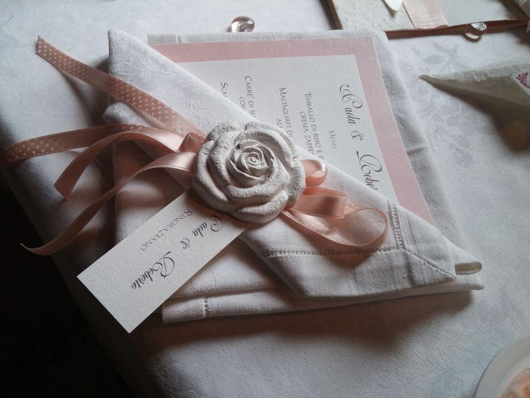 Menù e segnaposto con gessetto per matrimonio delicato rosa