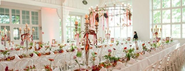 Beispiel: Hochzeitstafeln - Blumenschmuck, Foto: Villa am Jachthafen.