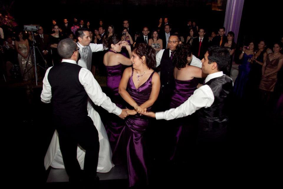 El baile  Sorpresa :Salsa Rueda de Casino del grupo de amigos de Magaly & Luis...causó sensación. Fueron meses de preparación  en ensayos de fines de semana... todo muy bien organizado.