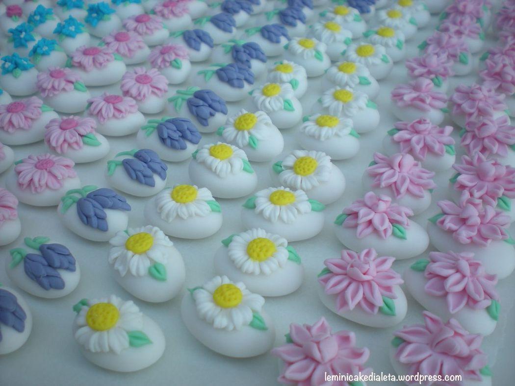 Confetti fioriti decorati a mano.
