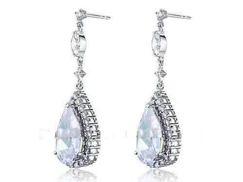 Boucles d'oreilles mariage bijou CARAT Boucles d'oreilles de mariage pendantes style joaillerie en imitation diamants. Pierre taille paire de 4.5 carats.