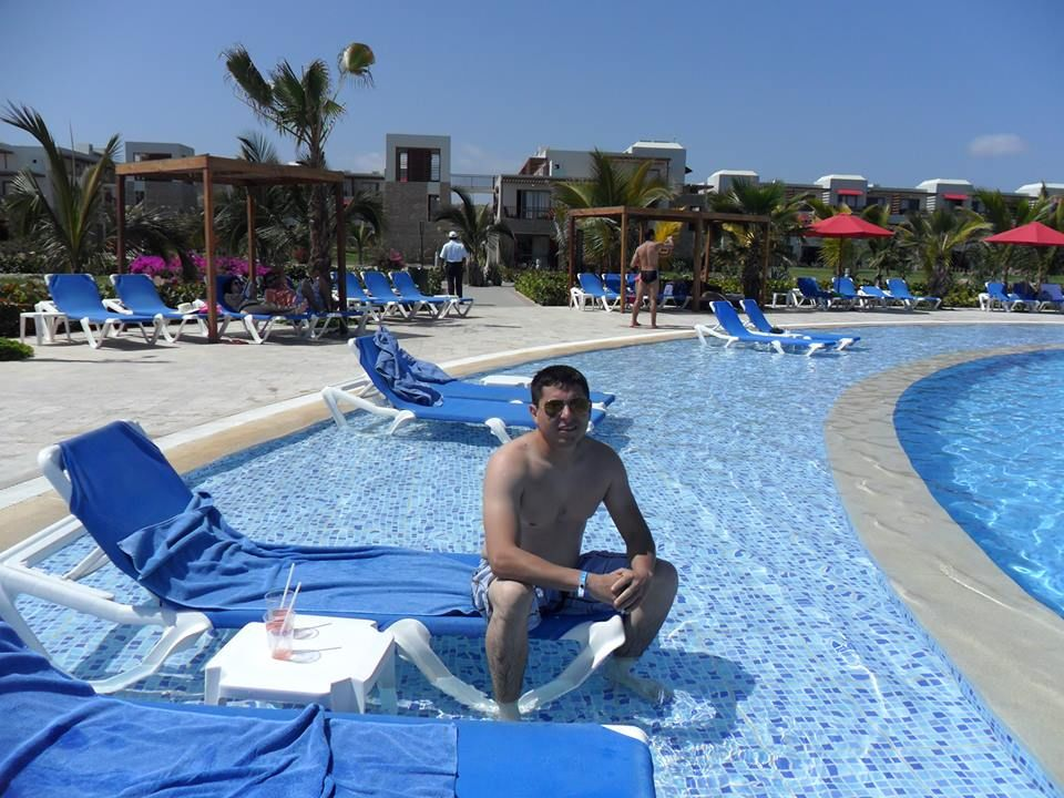 Relajante descanso en la piscina del Royal Decameron Punta Sal.