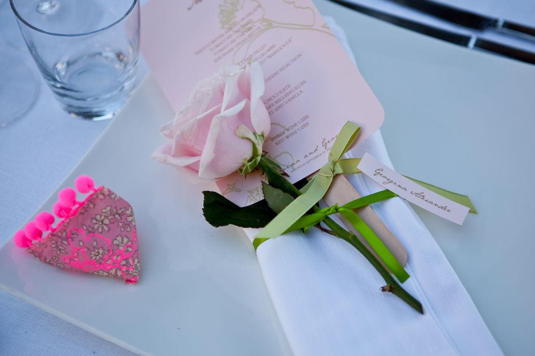 Mariage de Georgina & George, organisé au Domaine des Andéols dans le Lubéron, dîner en terrasse, décoration A Fleur et à Mesure et Chez Sandrine Crédit Studio Cabrelli