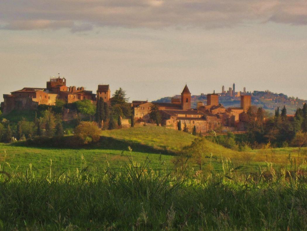 Il parco di Canonica a pochi minuti dall'Hotel Certaldo, sullo sfondo i borghi di Certaldo e San Gimignano ... ideale per i ricordi del vostro matrimonio in Toscana.