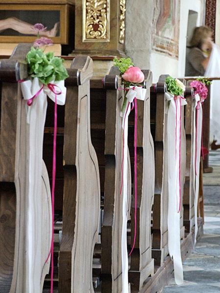 Beispiel: Blumendekoration in der Kirche mit Schleifen, Foto: Evelyn Kühr.