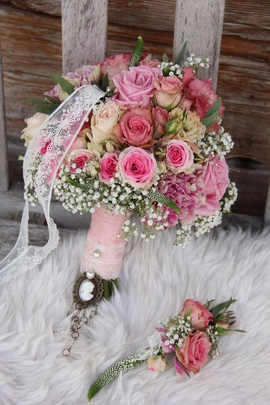 Herzlich willkommen bei der Blumentante, liebe zukünftige Brautpaare. Ich wünsche viel Spaß beim Stöbern und freue mich auf Ihre Nachrichten, Kommentare und Bewertungen. Herzlichst, Steffi Müller