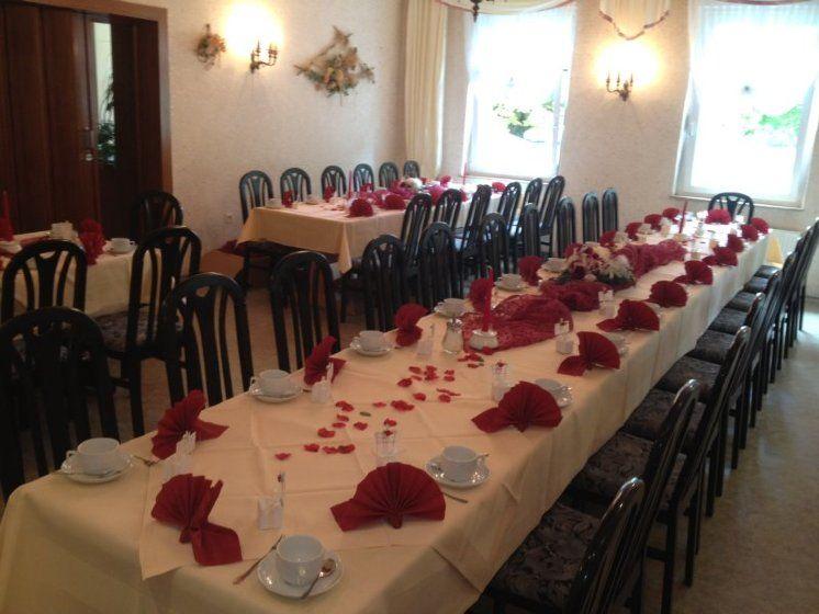 Beispiel: Hochzeitstafel mit Rosenblättern, Foto: Restaurant Liebesquelle.