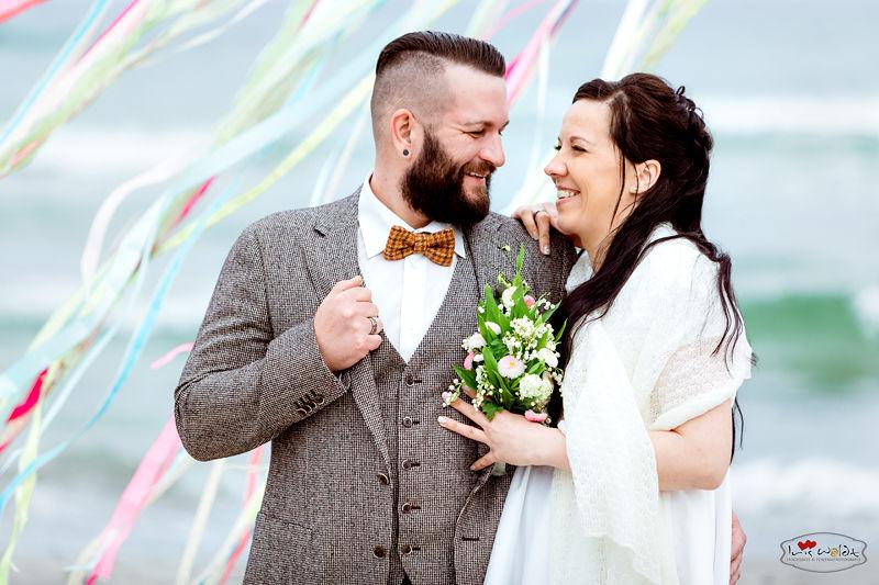 Hochzeitsfotograf Ostsee, Hochzeit an der ostsee, stilvolle und anspruchsvolle Hochzeitsreportagen, Braut tragen, Hochzeit auf Rücken, Hochzeit auf Kap Arkona in einem Leuchtturm, Vintage Hochzeit auf Rügen, 50er-Jahre Hochzeit an der Ostsee, Rügenhochzeit,