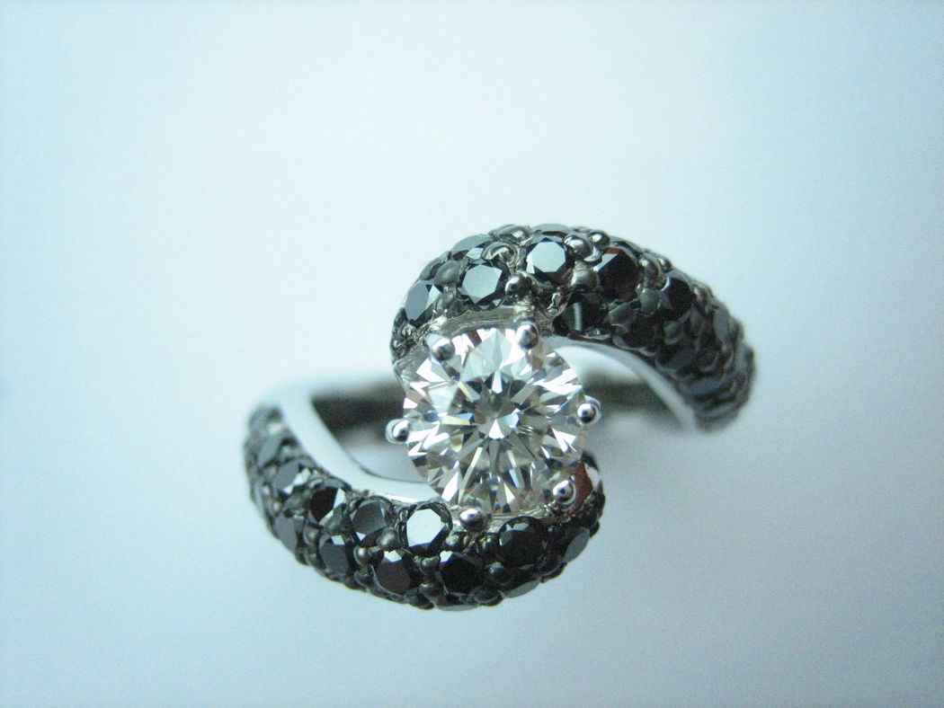 Para una novia a la última : combinación de diamantes negros y blancos. Diseño exclusivo de Victoria de la Calva.