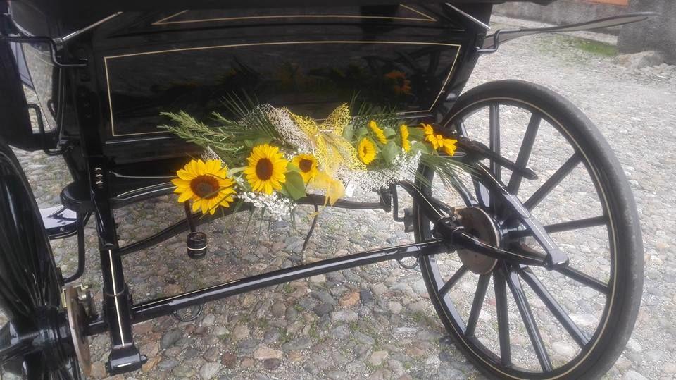 carrozza con girasoli e spighe di grano