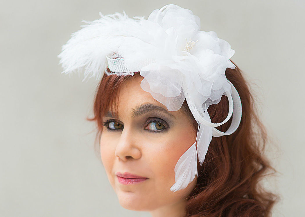 Braut Kopfschmuck mit Federn und Seidenblume auf Sinamayloops Bridal headdress with feathers and a silk flower on sinamay loops
