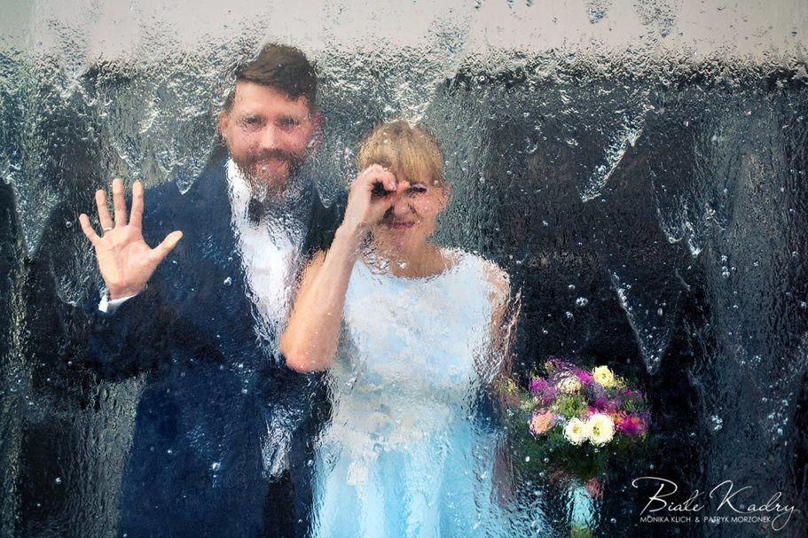 Kreatywna ślubna sesja plenerowa