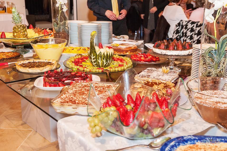 Um buffet de sobremesas..
