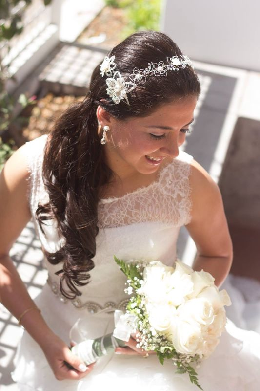 Tiara de plata y cristales swarosky y flores de nácar.  Diseñada para ser transformada posteriormente  en accesorios. se obtuvo un hermoso collar, un par de aretes, un prendedor y un pin para el cabello.