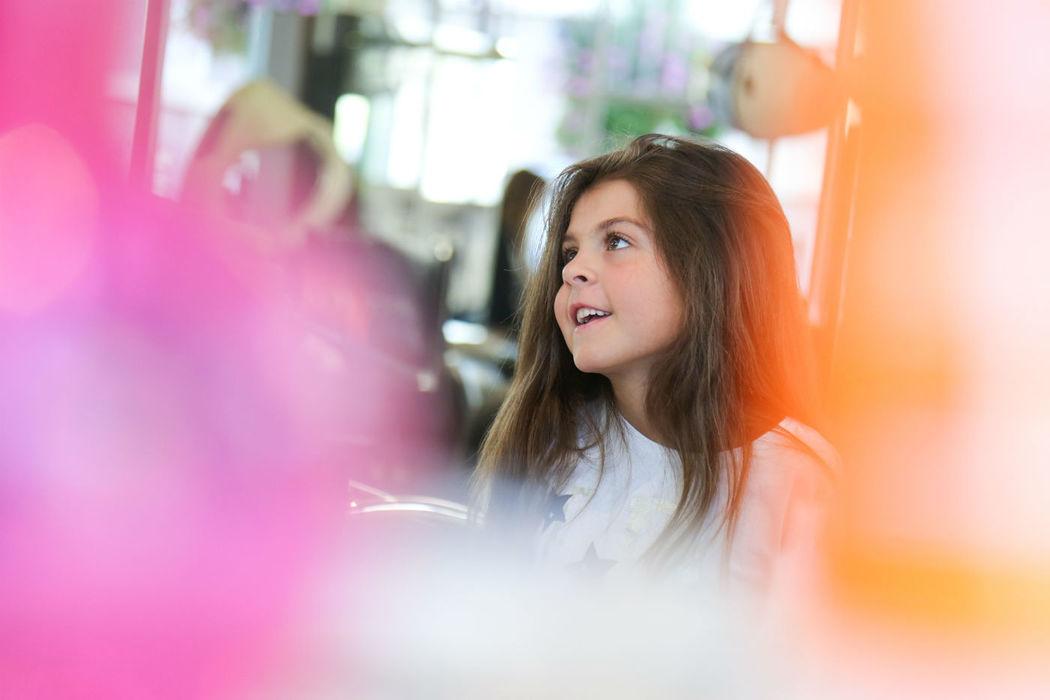 Jeune fille pendant les préparatifs.