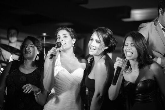 La novia divirtiéndose con sus amigas