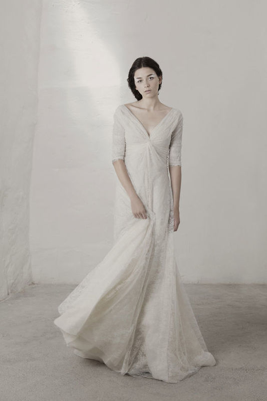 Claudia Vestido con corte al bies realizado en varias capas de encaje de seda y con godettes de organza y abotonadura lateral y mangas 3/4.