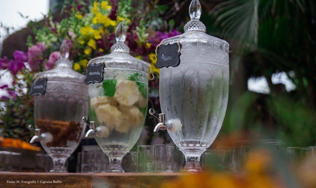 Águas saborizadas em Suqueiras de Cristal.