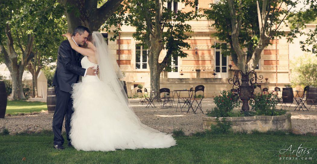 Photo des mariés dans le parc du château