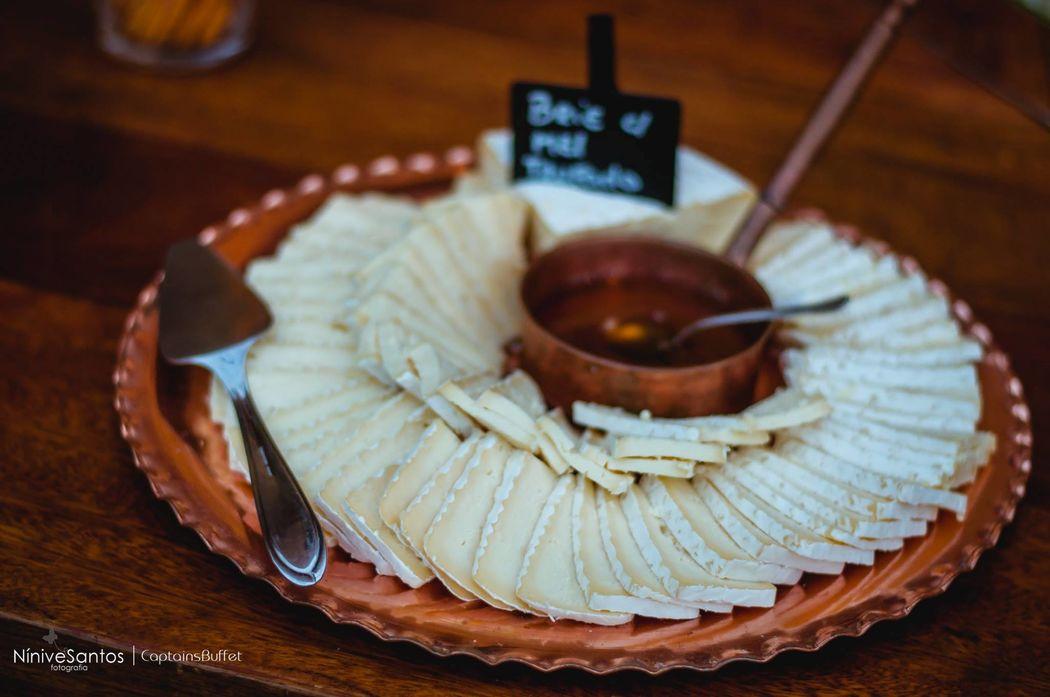 Queijo Brie com mel trufado - Mesa de antepastos