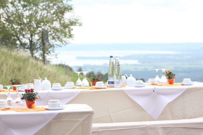 Beispiel: Kaffetafel draußen Foto: Flair Hotel Berggasthof Adersberg.