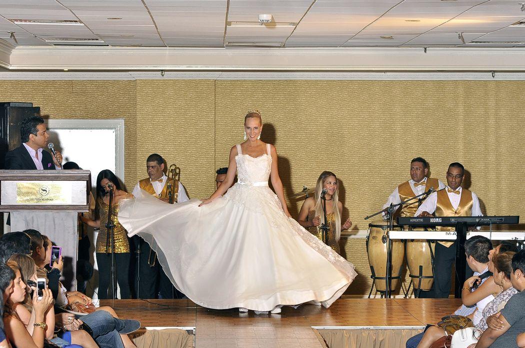 La modelo luciendo el glamour de la falda . con corte a la cintura que estan de moda, luce super fresca ,con facilidad de llevarlo